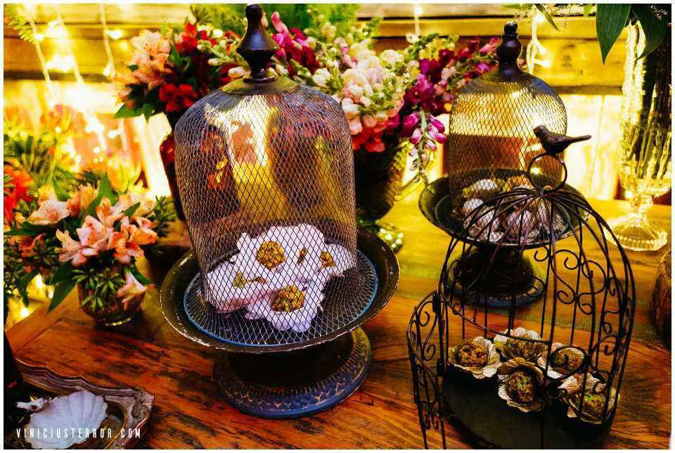 decoraçao-linda-para-mesa-de-bolo-em-um-casamento-vintage-no-vila-relicario