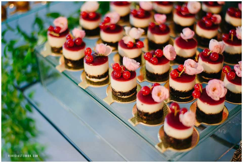 detalhes-da-decoraçao-da-mesa-de-bolo-e-doces-para-casamento-de-dia
