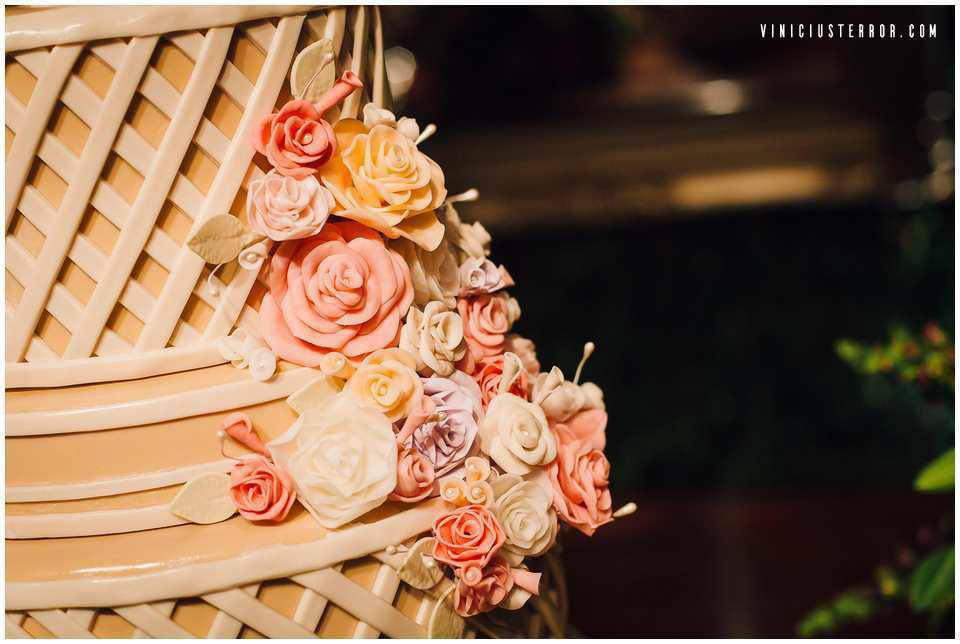 detalhes-do-bolo-de-casamento-com-arranjos-florrais