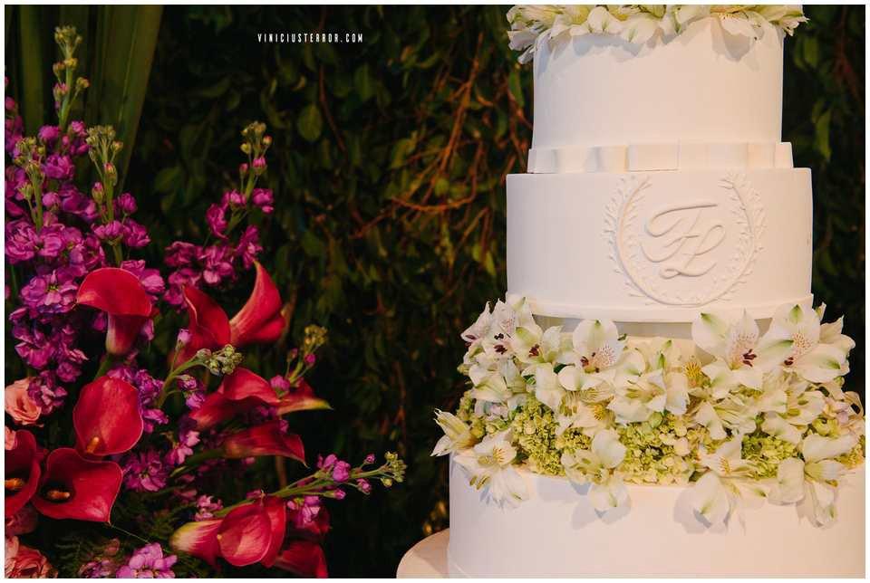 detalhes-do-bolo-e-arranjos-florais-da-mesa-de-doces-para-casamento-