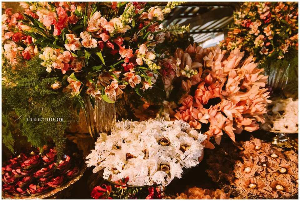 ideias-de-arranjos-de-flores-para-a-mesa-de-bolo-do-seu-casamento