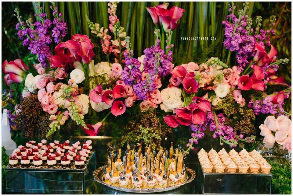 arranjos florais para mesa de bolo de casamento