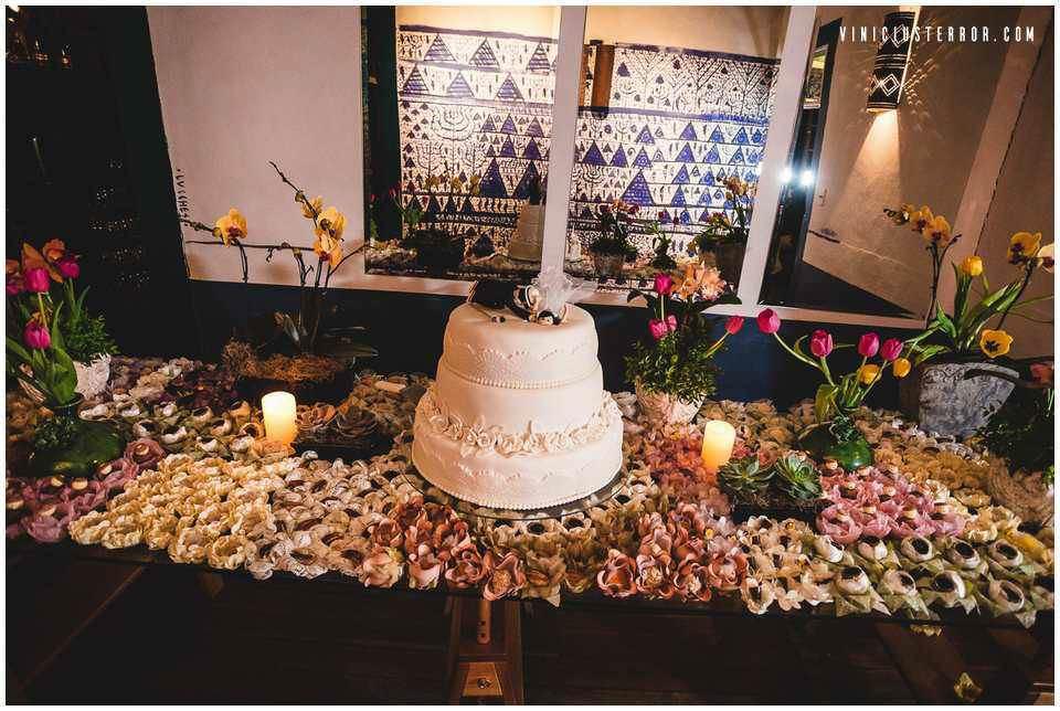 ideias-para-decoracao-da-mesa-de-bolo-e-doces-do-seu-casamento (6)