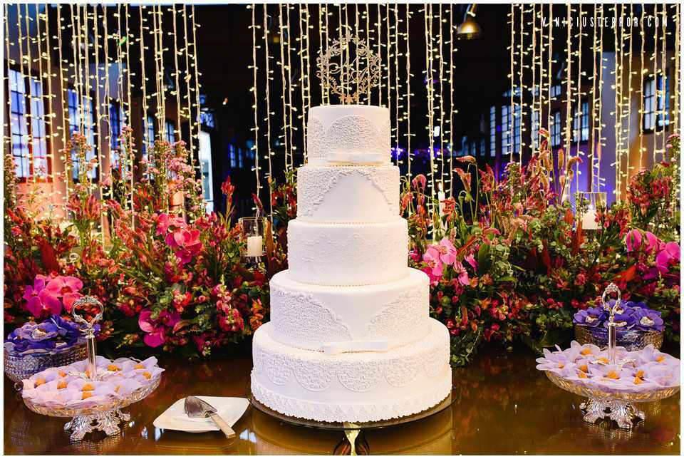 mesa-de-bolo-classica-com-arranjos-de-orquideas-rosas