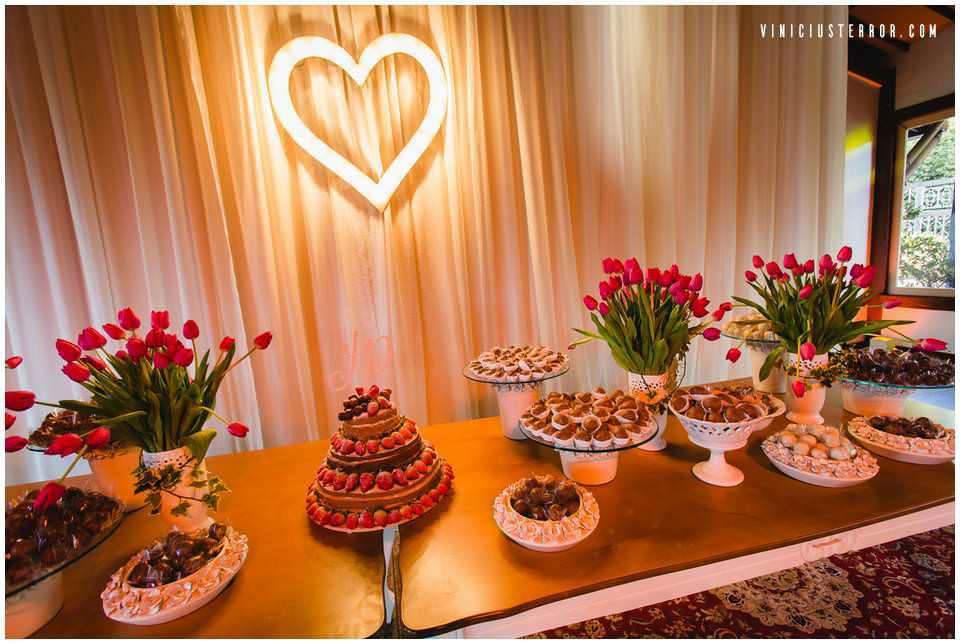 mesa-de-bolo-clean-para-casamento-ao-ar-livre-no-espaço-provincia