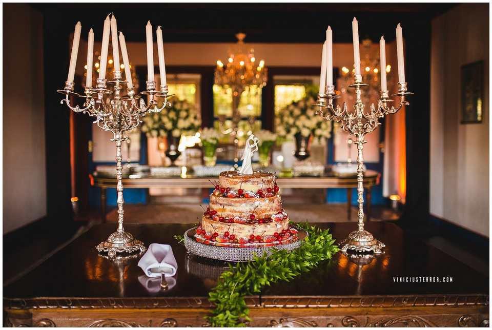mesa de bolo casamento com velas e candelabros