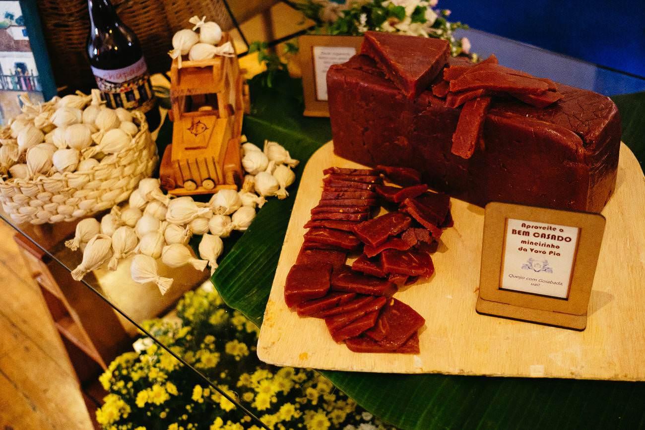 mesa-de-doces-mineira-com-docinhos-caseiros-para-casamento-no-campo