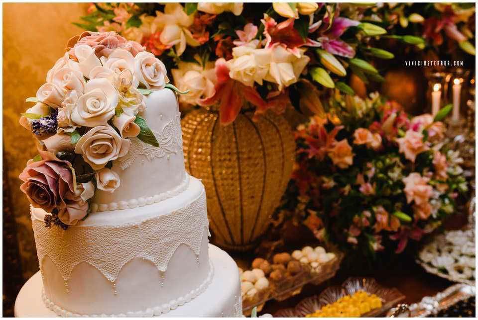 topo-de-bolo-com-arranjo-de-flores-para-casamento
