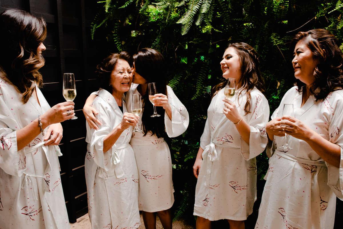noiva brindando com madrinhas, fotografo de casamento em bh