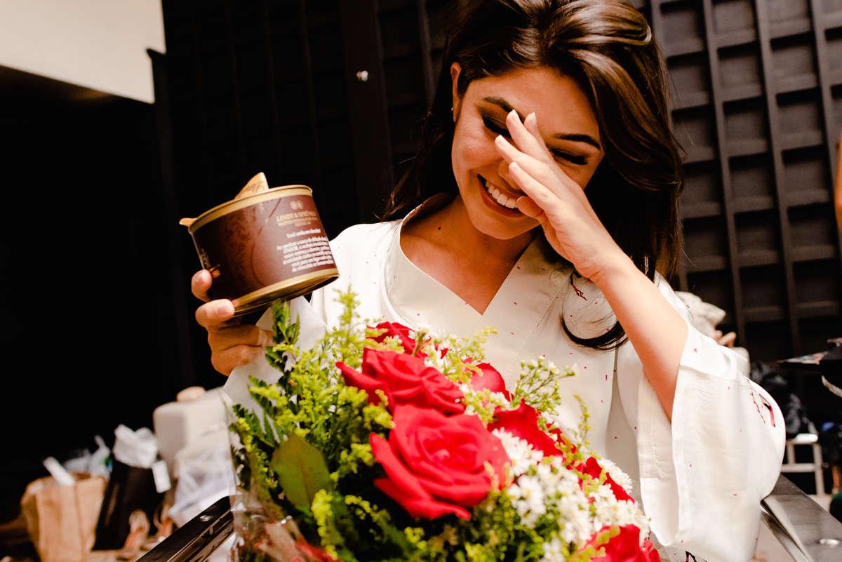 noiva ganhando presente do noivo fotografo de casamento em bh
