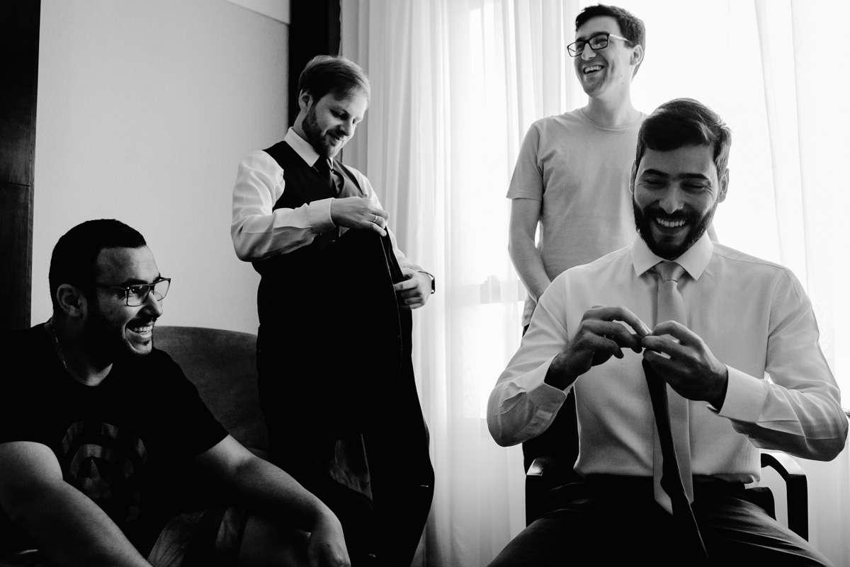 fotos espontaneas, noivo com padrinhos de casamento